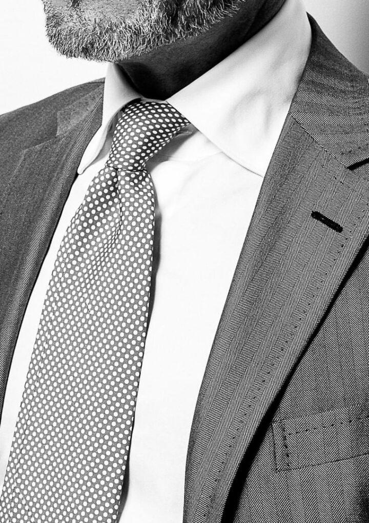 Mai più senza: con il ritorno alla normalità, 2 manager su 3 continueranno a utilizzare la cravatta come prima del Covid